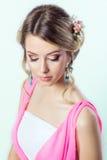 Empfindliches Bild eines Schönheitsmädchens mögen eine Braut mit heller Make-upfrisur mit Blumenrosen im Kopf Stockfotos