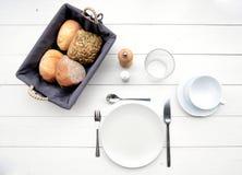 Empfindliches Frühstück an einem weißen Tisch Lizenzfreie Stockbilder