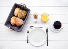 Empfindliches Frühstück an einem weißen Tisch Lizenzfreies Stockbild