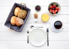 Empfindliches Frühstück an einem weißen Tisch Stockfoto