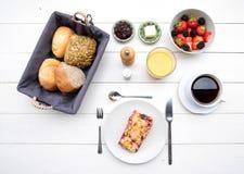 Empfindliches Frühstück an einem weißen Tisch Stockfotografie