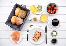 Empfindliches Frühstück an einem weißen Tisch Stockfotos
