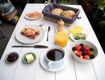 Empfindliches Frühstück an einem weißen Tisch Lizenzfreie Stockfotos