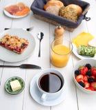Empfindliches Frühstück an einem weißen Tisch Lizenzfreie Stockfotografie