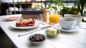Empfindliches Frühstück an einem weißen Tisch Lizenzfreies Stockfoto