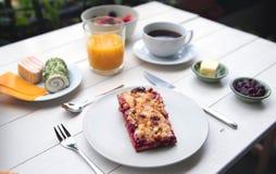 Empfindliches Frühstück an einem weißen Tisch Stockbild