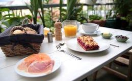 Empfindliches Frühstück an einem weißen Tisch Stockbilder