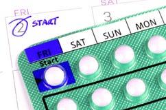Empfängnisverhütende Pille auf dem Kalender Stockfotos