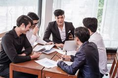 Empiece para arriba, hombre de negocios asiático del grupo y reunión que acepillan para comprar una cierta propiedad como inversi fotografía de archivo libre de regalías
