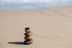 Empiedra la pirámide en la playa arenosa Imagen de archivo libre de regalías