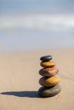 Empiedra la pirámide en la playa arenosa Fotografía de archivo