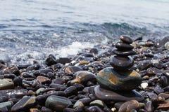 Empiedra la pirámide en la playa de piedra Fotografía de archivo libre de regalías