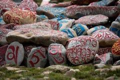Empiedre con el sanscrit tibetian de Tíbet de los mantras Fotos de archivo libres de regalías