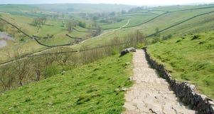 Empiedre el camino en la ensenada de Malham (Reino Unido) Imagen de archivo