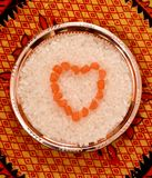 Empilé en sucrerie de sucre de forme de coeur mord d'un plat Photo stock