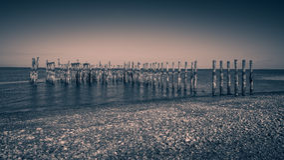 Empilages en bois avec les milieux noirs et blancs de vues d'océan Images stock