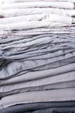 Empile l'habillement noir gris blanc monochrome de textiles photographie stock