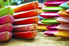 Empilement des canoës colorés Image libre de droits