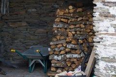 Empilement du bois de chauffage pour l'hiver images libres de droits