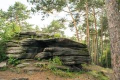 Empilement en pierre au parc chez les Monts Oural Images stock