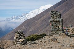 Empilez en pierre sur la colline au village de Dingboche, région d'Everest, noeud Photo stock