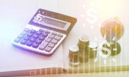 Empilez l'argent de pièce de monnaie avec le concept de calculatrice et de globe pour le compte et le financez images libres de droits