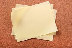 Empilez le fond jaune désordonné de panneau d'affichage de liège de plusieurs notes de courrier images libres de droits