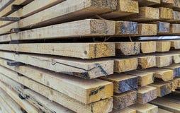 Empilez le séchage large de conseils des matériaux de construction avec une vue de perspective de beaucoup de faisceaux photo libre de droits