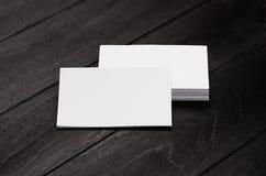 Empilez les cartes de visite professionnelle vierges de visite d'identité d'entreprise sur le fond en bois élégant noir avec la t Images libres de droits