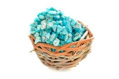 Empilez les pierres de la turquoise crue dans le petit nid en bois sur un fond blanc Photos libres de droits