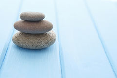 Empilez les pierres planaires sur la vieille table rustique en bois Photos stock