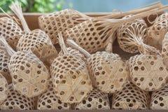 Empilez ou rangée de marché en bambou rond brun de plateau en bois photographie stock