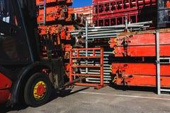 A empilhadeira elétrica moderna leva estruturas especiais do metal para a construção e a ereção trabalha Imagem de Stock