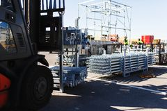 A empilhadeira elétrica moderna leva estruturas especiais do metal para a construção e a ereção trabalha Foto de Stock Royalty Free
