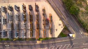 A empilhadeira leva as grandes tubulações de aço do metal em um local industrial em Sheffield - verão 2018 vídeos de arquivo