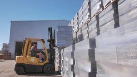 Empilhadeira que faz seu trabalho na fábrica dos blocos de cimento filme
