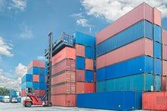 Empilhadeira que segura a caixa do recipiente que carrega ao caminhão no expor da importação Foto de Stock