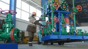 A empilhadeira transporta a construção da tubulação e o trabalhador guarda o objeto video estoque