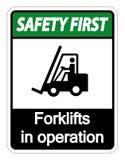 empilhadeiras da segurança em primeiro lugar do símbolo no sinal da operação no fundo branco ilustração stock