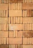 Empilhado acima da pilha do tijolo em um canteiro de obras Fotografia de Stock