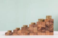 Empilhando moedas na escadaria Fotografia de Stock Royalty Free