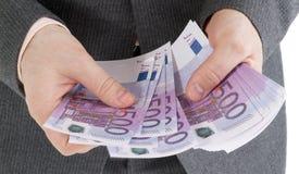 Empilhe cédulas do euro 500 nas mãos masculinas Imagens de Stock Royalty Free