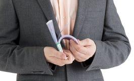 Empilhe cédulas do euro 500 nas mãos masculinas Imagens de Stock