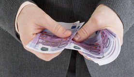 Empilhe cédulas do euro 500 nas mãos masculinas Foto de Stock