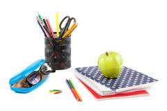 Empilhe o caderno, pena e vidros escritório ou supplie à moda da escola Imagem de Stock