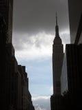Empire State Building avec des nuages de tempête Image libre de droits