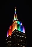 Empire State Building con le luci dell'arcobaleno Immagine Stock