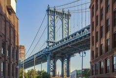 Empire State Building durch die Manhattan-Brücke lizenzfreie stockfotografie