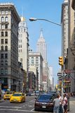 Empire State Building e Fifth Avenue con la gente a New York Fotografia Stock