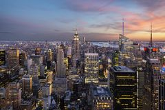 Empire State Building et horizon de New York en heure bleue photos stock